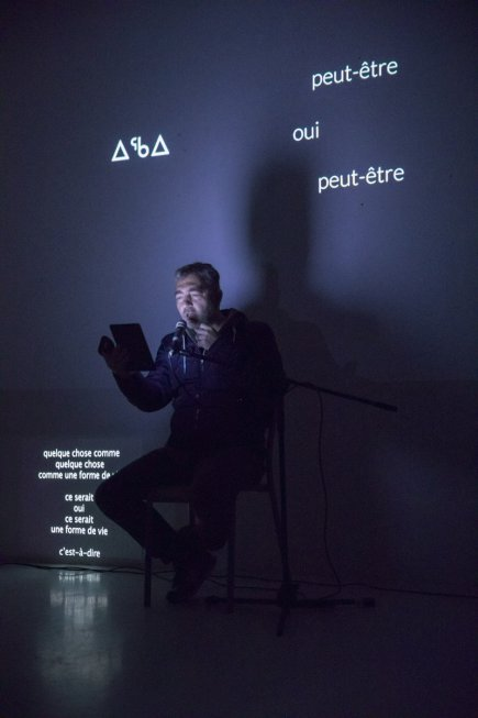 L'artiste Frédéric Dumond en train d'exécuter une performance