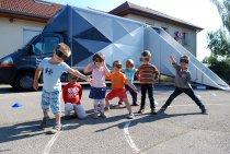 Enfants devant le satellite du FRAC / expositions Hors les murs