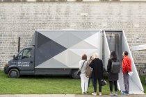 Visiteurs devant le satellite du FRAC / expositions Hors les murs